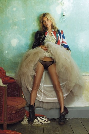 2008-Oct-Kate-Moss-at-the-Master-Shipwrights-House-Deptford-by-Mario-Testino-b_592x888-300x450